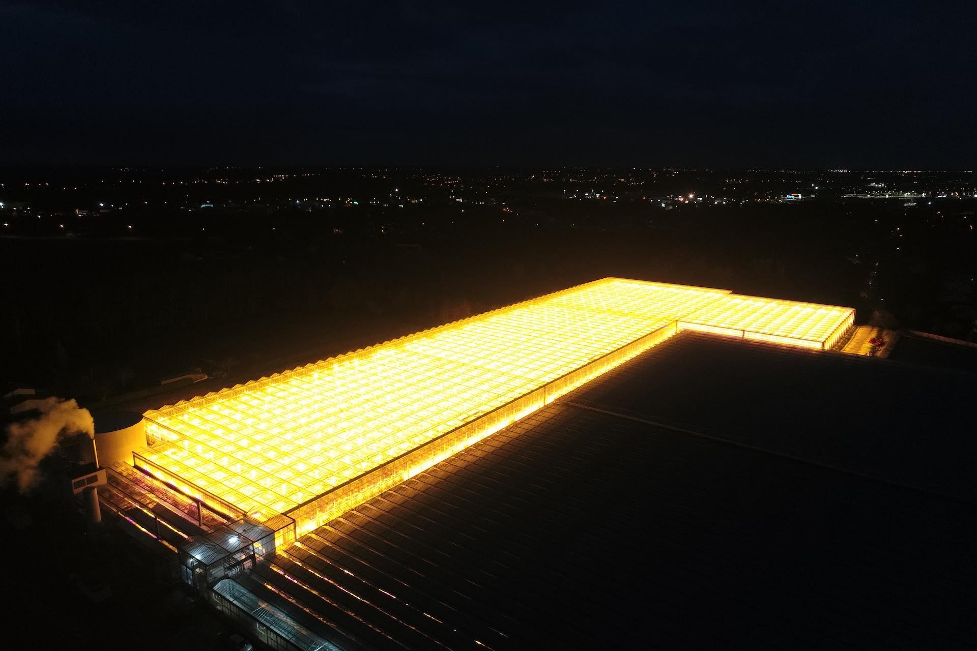 Vue par drone de nuit d'une installation Hortilux